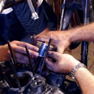 ep09 06 harley engine piston installation